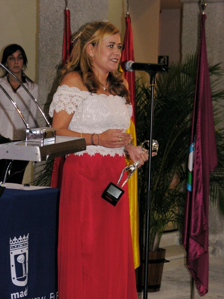Eva Robles recibe una Antena de Plata por la Asociación de Radio y TV (2004)